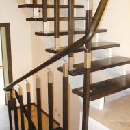 Двойной косоур, дубовые ступени, ограждение - комбинированные балясины, дубовый поручень.