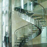 Центральный косоур из нержавеющей стали, ступени из закаленного стекла (триплекс), ограждение - нержавеющая сталь со стеклом.
