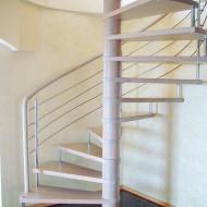 Модульная винтовая лестница из бука с больцами. Ограждение из нержавеющей стали с гнутым поручнем из бука.