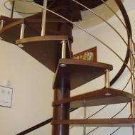 Модульная винтовая лестница из дуба с больцами. Ограждение из нержавеющей стали с гнутым поручнем из дуба.