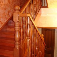 Классическая лестница на тетивах, выполнена из сосны, ограждение - точеные балясины, деревянный поручень.