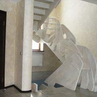 Деревянная лестница с оригинальным ограждением из массива.