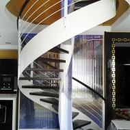 Винтовая лестница с водной системой, встроенной в центральный столб. Каркас и ограждение - сталь, ступени и поручень - дуб.