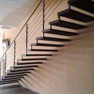 Металлическая лестница на больцах. Ступени - листовой металл с полимерным покрытием на каркасе, ограждение - нержавеющая сталь.