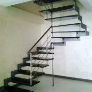 Лестница со стеклянными ступенями. Несущая часть -  больца и зубчатая металлическая тетива, ограждение - нержавеющая сталь.