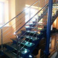 Лестница из комбинированных материалов. Основание - стальные косоуры, ступени - стекло, ограждение - нержавеющая сталь.