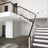 Лестница на зубчатом бетонном косоуре. Ограждение комбинированное, дуб/нержавеющая сталь. Ступени и поручень - дуб.