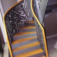 Металлическая лестница с ограждением из перфорированного стального листа.