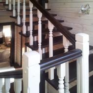 Деревянная лестница с точеными балясинами.