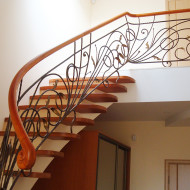 Бетонная лестница с кованым ограждением.