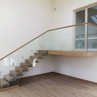 Лестница с несущим стеклянным ограждением и консольной площадкой.