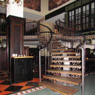 Лестница на центральном косоуре с элементами ковки. Ступени - дуб.