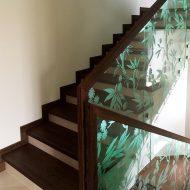 Облицовка бетонной лестницы +стеклянное ограждение с подсветкой, вмонтированной в поручень.