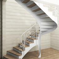 Металлическая лестница с ажурным кованым ограждением.
