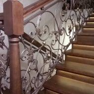 Облицовка бетонной лестницы, ступени с подсветкой, кованое ограждение.