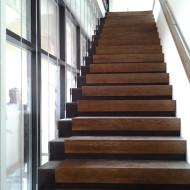 Лестница из листовой стали с дубовыми ступенями и ограждением на тросах.