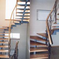 Лестница с забежными ступенями на центральном косоуре.