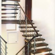 Лестница на больцах с ограждением из нержавеющей стали.