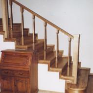 Облицовка бетонной лестницы с пригласительными ступенями и ограждение с классическими балясинами.