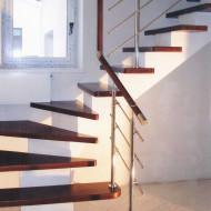 Лестница с забежными ступенями на центральном бетонном косоуре.