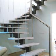 Лестница на центральном зубчатом косоуре с ограждением из тросов