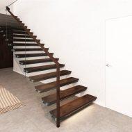 Лестница с консольными металлическими ступенями и стеклянным ограждением.