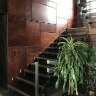 Лестница на зубчатых косоурах со стеклянным ограждением