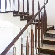 Комбинированное ограждение и дубовые ступени с подступенками на бетонной лестнице.